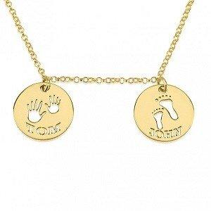 Naamketting 24K goud verguld 2 cirkels met 2 namen met handjes en voetjes